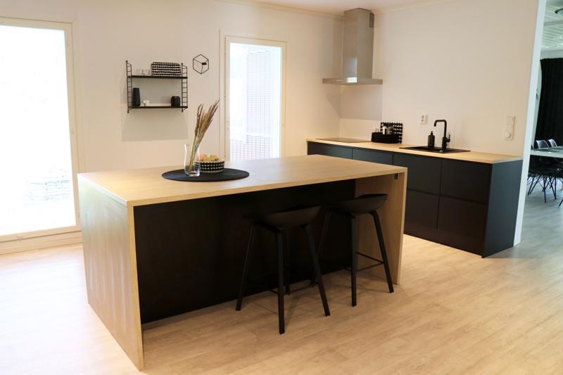 Uusi keittiö on sävyltään mustavalkoinen.