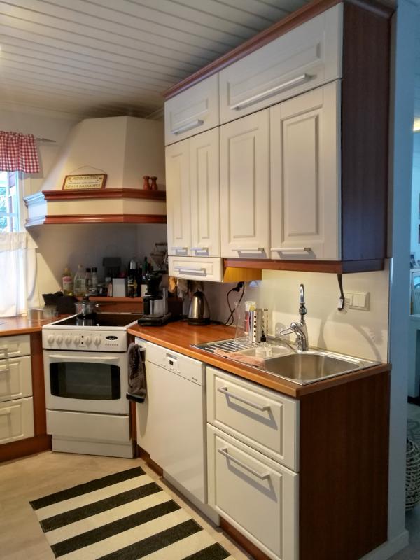 Vanha keittiö oli tyyliltään maalaisromanttinen.