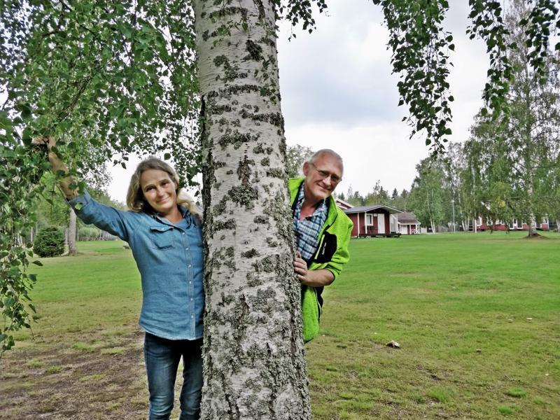 Monika ja Christer Åström jäivät auttamaan Joutsenen leirintäalueen ylläpidossa asumista vastaan.  Hihat ovatkin heiluneet ahkerasti,  mm. pesutupa on saanut uudet pinnat. Parhaillaan fiksataan vessoja ja talven aikana on tupien vuoro.