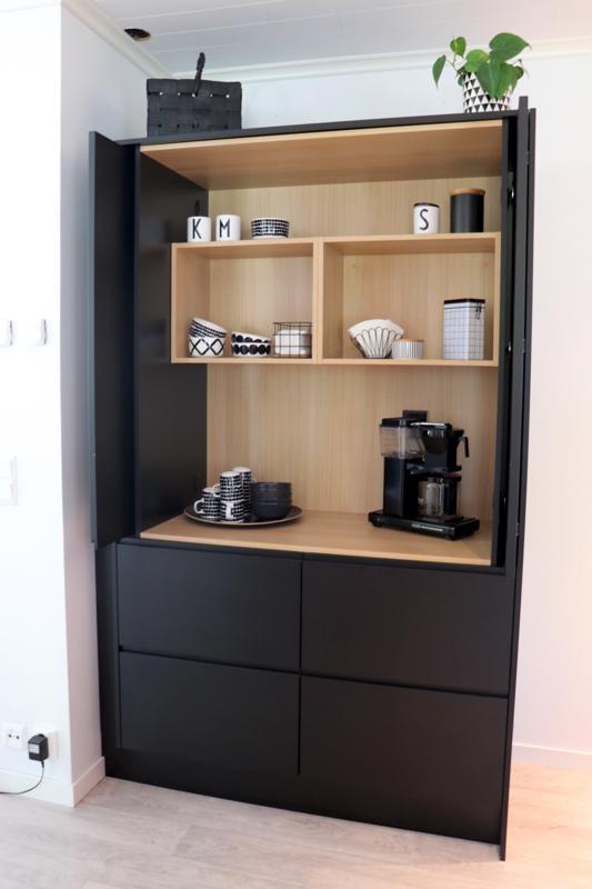 Uudessa keittiössä on nykytrendien mukainen aamiaiskaappi, jonka ovien taakse saa tarvittaessa piiloon kahvinkeittimen ja muut arkiset keittiötarvikkeet.