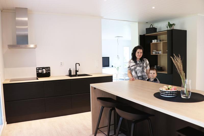 Perhe ruokailee yleensä keittiön pöytäsaarekkeen ympärillä.