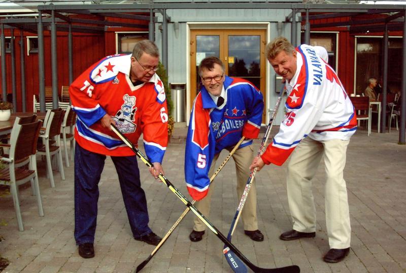 Veljekset Tuomo, Timo ja Matti Valavaara muutama vuosi sitten Kokkolassa otetussa kuvassa.