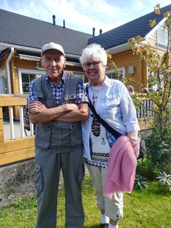 Arvo ja Leena Manninen nauttivat aurinkoisesta syyspäivätapahtumasta.