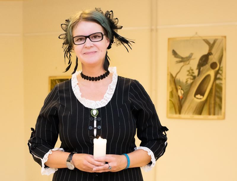"""Kun Tiina Hautalalta kysyy: """"Uskooko hän kummituksiin?"""" hän tyytyy siteeraamaan Mark Twainia: """"En usko kummituksiin, mutta pelkään niitä""""."""