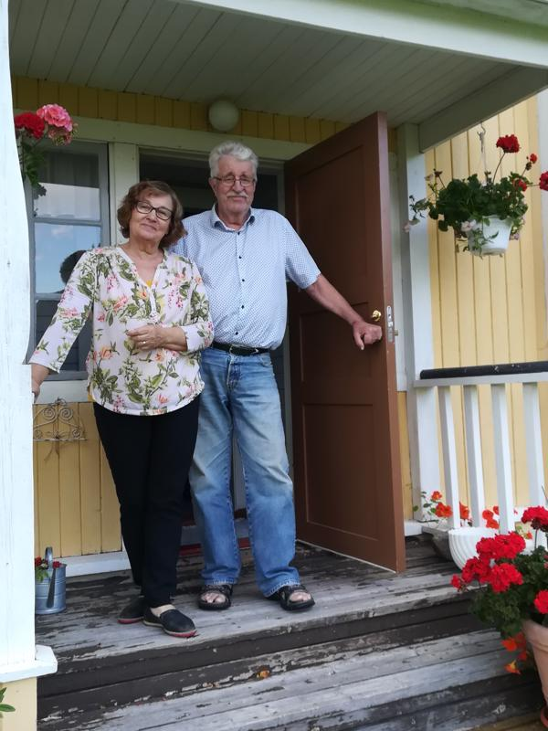 Raakel ja Jussi Löytynoja toivottavat kaikki lämpimästi tervetulleiksi Lamminahon vanhalle koululle.