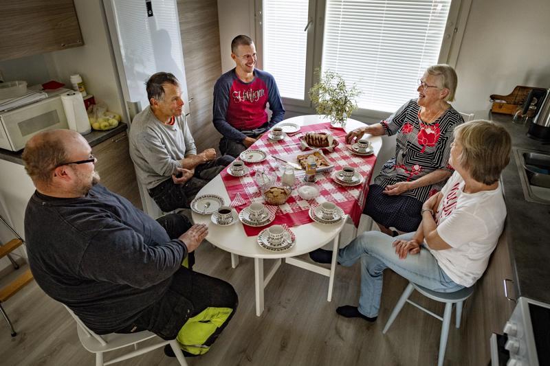 Kirvesmiehet KimmoAlanko, Roger Rönnqvist ja Kim Berg saivat sirot kahvikupit käteensä Esteri Toivonen-Hyytisen kahveilla tiistaina. Myös seinänaapuri Nina Uddman oli juhlistamassa uuden rivitalon, uuden kodin, valmistumista.