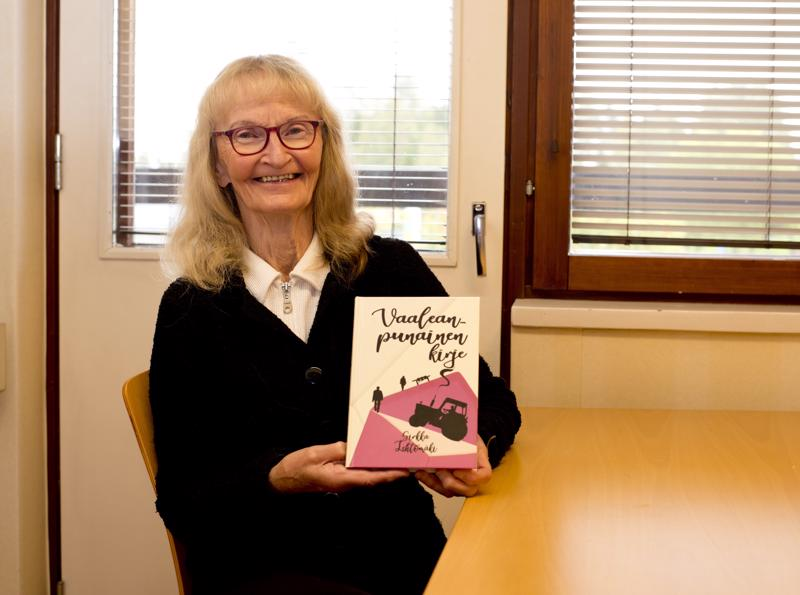 Sirkka Lehtomäen uusin kirja kertoo vaaleanpunaisesta kirjeestä ja siitä, millaisen myllerryksen se saa aikaan kahden vanhapojan elämässä.