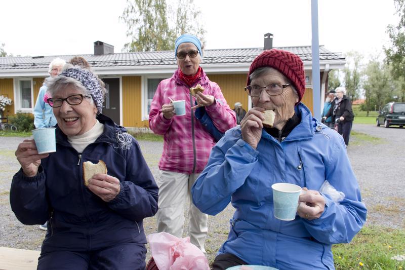 Kaarina Hakala, Leena Silakka ja Tellervo Kero olivat mielissään tapahtumasta.