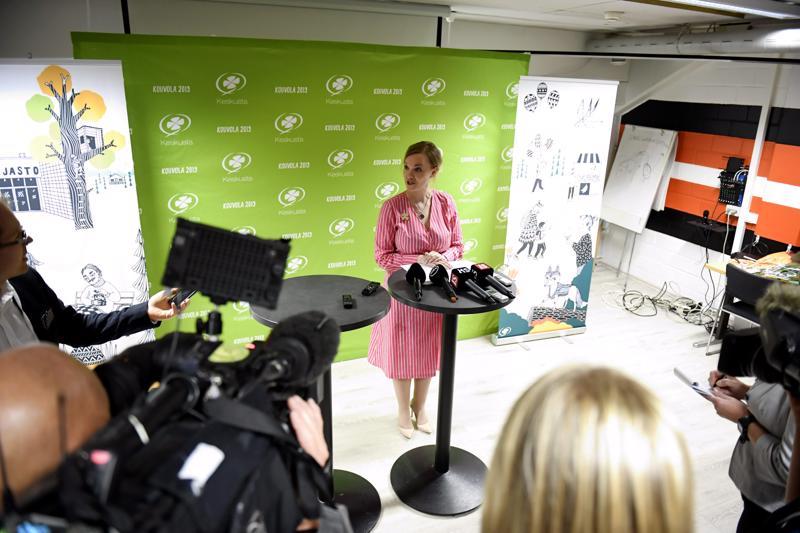 Työt alkoivat heti. Keskustan uudeksi puheenjohtajaksi valittu Katri Kulmuni oli välittömästi valinnan jälkeen median haastateltavana.