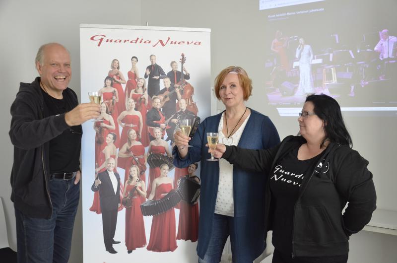 Raimo Vertainen, Anne Bradt ja Jaana Kåla nostivat maljan Arja Korisevan nimikkokuohuvaa alkavan kiertueen kunniaksi.