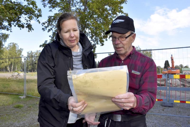 Åsa Björkman ja Pertti Liikanen tutkivat Pursisalmen koulun peruskirjaa. Materiaali päätyy kaupunginmuseolle ja tulee todennäköisesti näytteille.