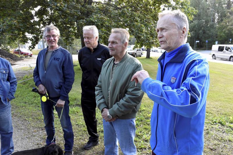 Aarre Olkkonen (oik.) muisteli koulun rakentamisen aikoja ja Pursisalmen aluetta, joka ei tuolloin houkutellut. Paikalla olivat myös entiset oppilaat Markku Ojala, Risto Muittari ja Markku Rintaniemi.