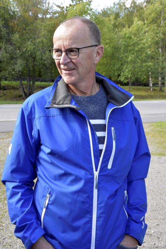 Hannu Alvaskari on Pursisalmen ensimmäisiä oppilaita. Nostalgiahetkeen hän saapui Maalahdesta.