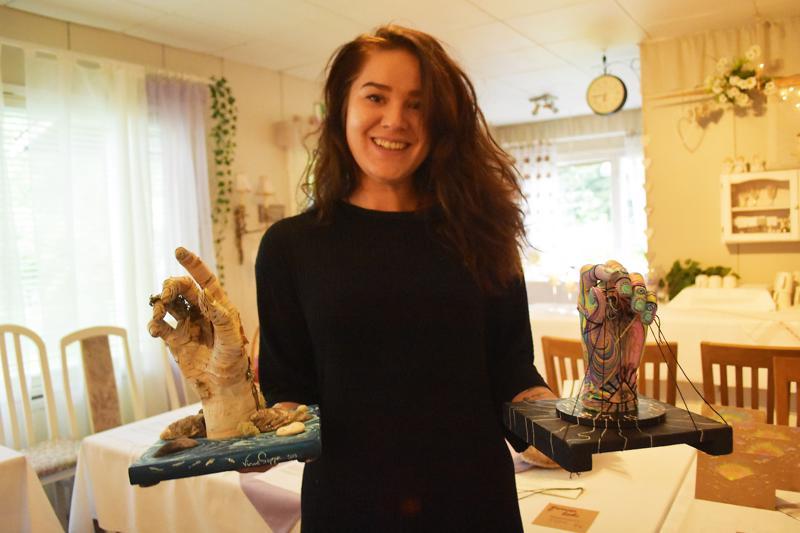 Haapavedeltä lähtöisin oleva Virve Seppä esitteli Marian kahvilassa tuoretta installaatio-taidettaan.
