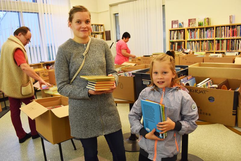 Eveliina ja Viola Vatjus tekivät kirjalöytöjä kirjaston poistomyynnistä.