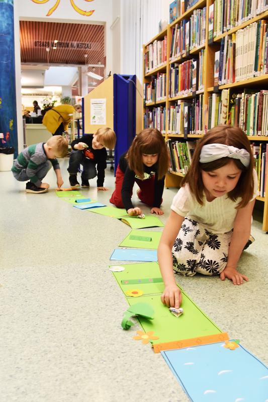 Origamisammakoiden askartelu oli suosittua kirjastolla. Fanni ja Vieno Kurra veivät omat sammakkonsa myös juoksukilpailuun.