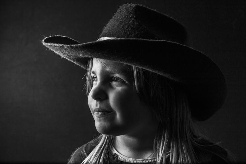 Risto Niemelän Katse 1 -valokuva sijoittui Pohjanmaan Kameraseurojen vuosinäyttelyn musta-valkosarjassa kolmanneksi. Kuva on otettu mummolareissulla ja siinä on Niemelän 7-vuotias Valma-tytär.