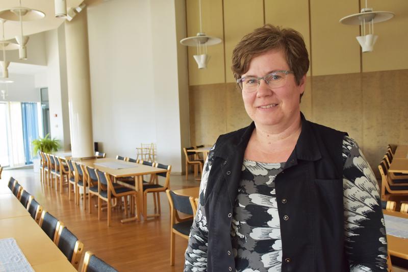 Mirva Jantunen nauttii seurakuntaemännän työssä eniten pitopalvelupuolesta. - Sen kautta saa olla tekemisissä ihmisten kanssa. Seurakuntalaisten tarpeisiin vastaaminen on minulle tärkeää.