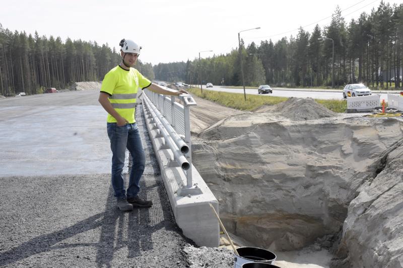Kolpintien silta Kuusisaaressa otetaan torstaina liikennekäyttöön. Työmaan insinöörinä on Jonas Bonn.
