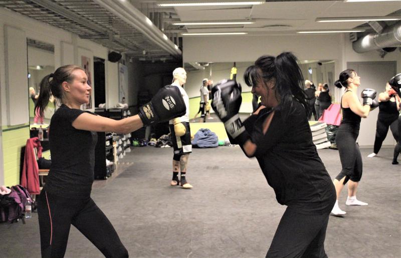 Kuntopotkunyrkkeilyn peruskurssille osallistuneet Minna Saari (vas.) ja Terhi Sundqvist kokevat, että joitakin itsepuolustustaitoja on nykypäivänä hyvä omata.
