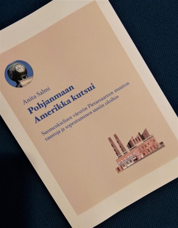 Anita Salmi kertoo kirjastossa torstaina kirjastaan, johon hän tutki suomenkielisten muuttoa ja asettumista Pietarsaareen.