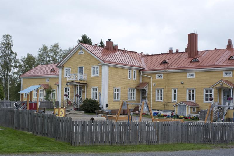 Karjalahden kartanossa sijaitsevan päiväkoti Kartanon väki  muuttaa väistötiloihin vuoden vaiheessa. Kartanon kohtalosta ei ole tehty vielä päätöstä suuntaan tai toiseen.