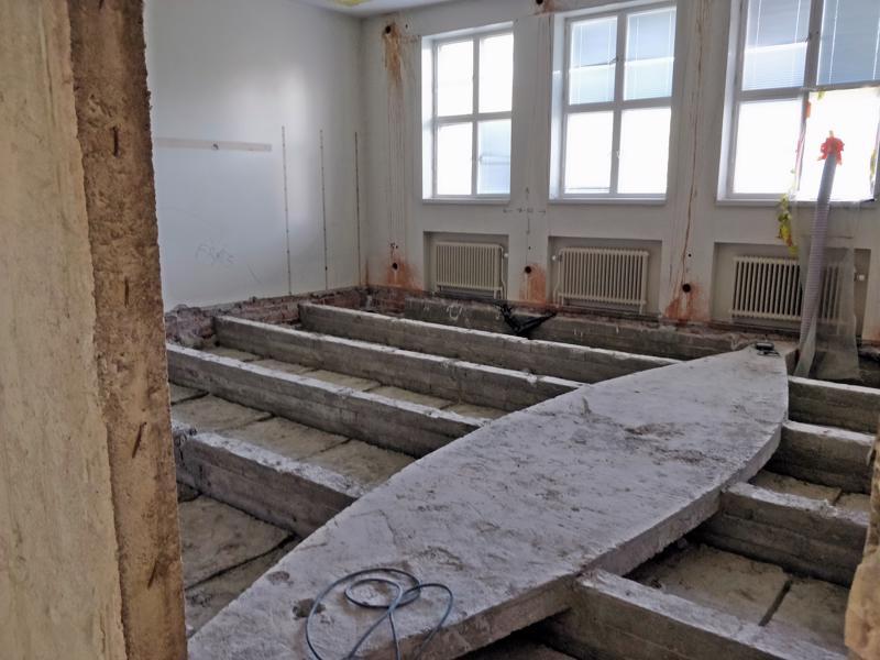 Uuden osan ullakon alla olevat kerrokset kärsivät pahiten putkirikon seurauksista.  Nyt tiloissa tuoksuu uudelta betonilta.