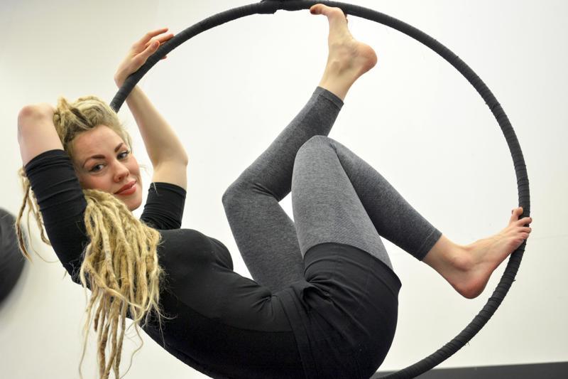Sirkuksen parasta antia on se, että ihmiset voivat sen kautta vahvistaa itsetuntoaan ja kehittää kehontuntemustaan, toteaa sirkusohjaajana työskentelevä Sara Airola.
