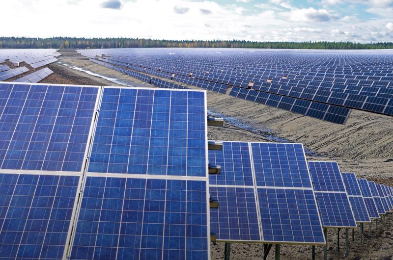 Havainnekuva mahdollisuuksista asentaa aurinkopaneeleja Hituran peitettyjen jätealtaiden päälle. Voimalassa paneelit ovat yleensä samaan suuntaan.