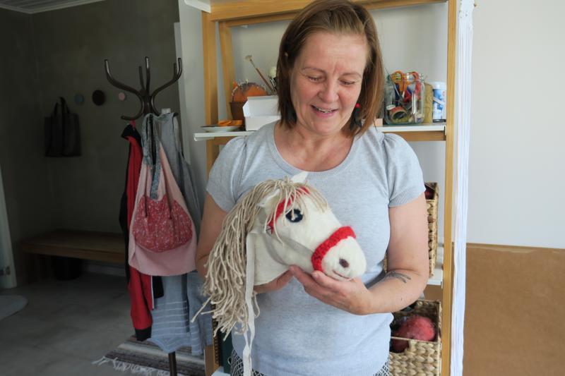 Studio Luovinnossa oli kesällä kurssi tytöille. Osa tytöistä halusi huovuttaa ja tehdä keppihevosen. Päivikki Turunen esittelee valmista hevosta.