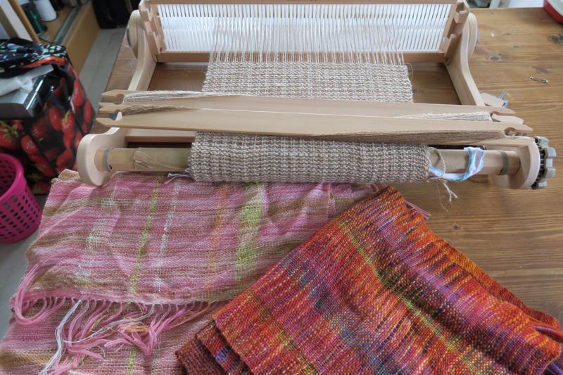 Päivikki Turunen tuo messuille sylikangaspuita, joilla yleisö voi kokeilla kutomista. Kuvassa sylikangaspuissa on tekeillä alpakanvillasta huivi.