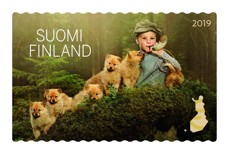 Metsäretki-postimerkeissä lapset ovat metsässä koiranpentujen kanssa.