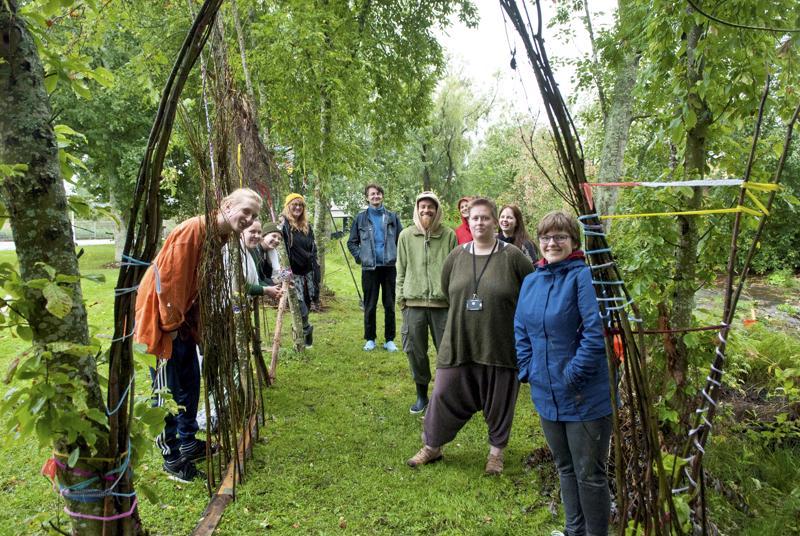 Kälviä Arts -taidelinjan opiskelijat ovat tehneet hyöty- ja taidepuutarhan Kälviälle.
