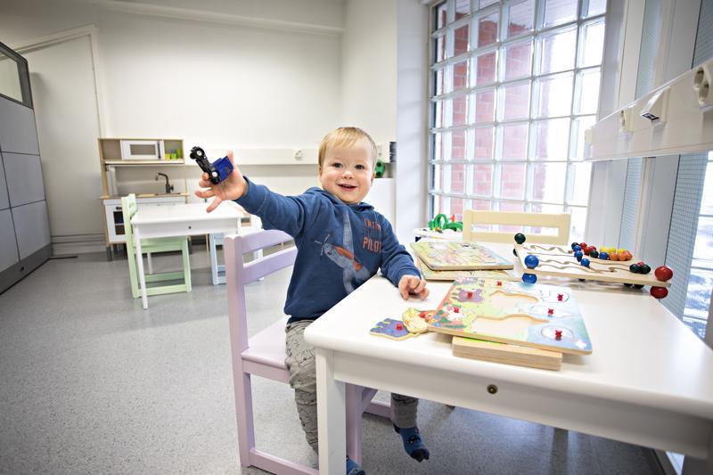 Roope Kärjää odottivat tutut lelut neuvolan väliaikaistilojen odotushuoneessa.