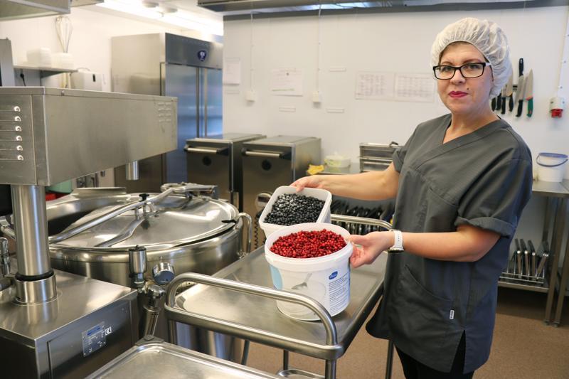 Vastaava ravitsemustyöntekijä Sanna-Maija Ylitalo kertoo, että Perhon keskuskoulun keittiöllä käytetään muun muassa puolukkaa ja mustikkaa.
