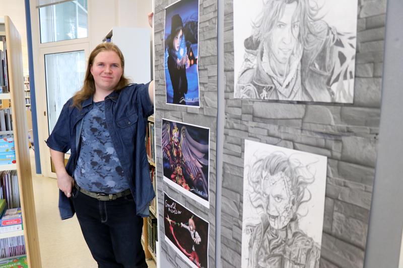 Jami Hautala on tuonut Perhon kirjastoon sekä käsin että tietokoneella piirrettyjä teoksia.