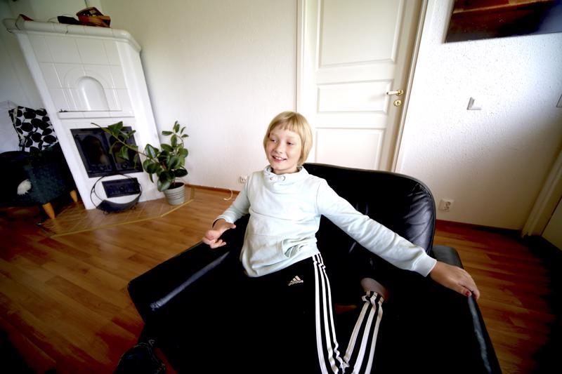 Vilja Rautiainen istahti kuvattavaksi Kentalan Aarolta perittyyn nojatuoliin.