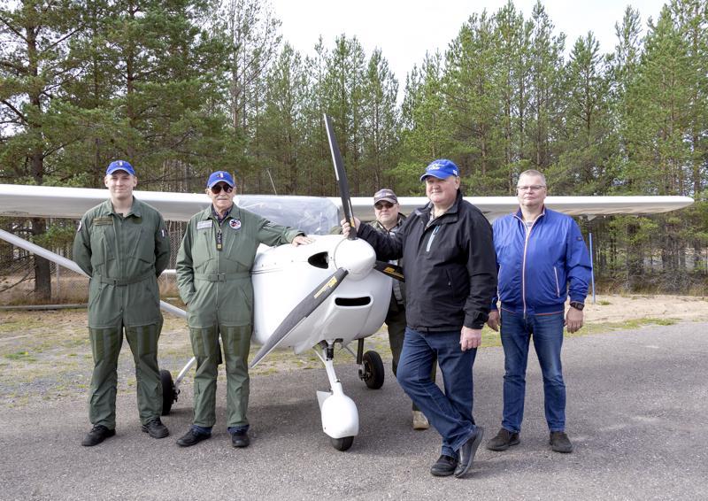 Kokkolan ja Kalajoen ilmailukerhojen Lentäjät Henri Leppänen, Göran Sandström, Jouko Männistö, Veijo Kääntä ja takana Esa Yliparkas kokoontuivat Kalajoen lentokentälle.