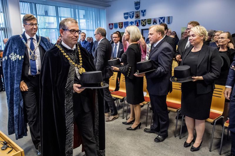 Yliopistokeskuksen lukuvuoden avajaisiset käynnistyivät kulkueella. Etualalla Jyväskylän yliopiston rehtori Keijo Hämäläinen ja Oulun yliopiston rehtori Jouko Niinimäki.