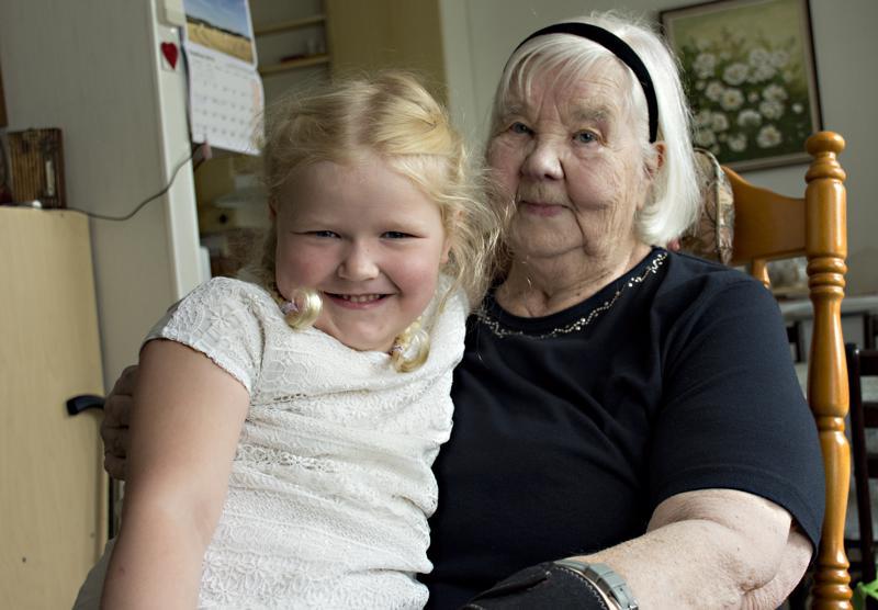 Viljalla ja isomummullaan Valmalla on ikäeroa 82 vuotta.
