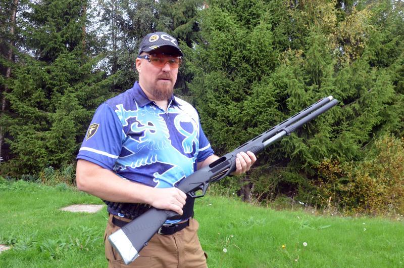 Kokkolan Urheiluampujia edustavan Juha Lukkarilan aseena on pumppuhaulikko. Practicalissa voi kilpailla myös pistoolilla tai kiväärillä.