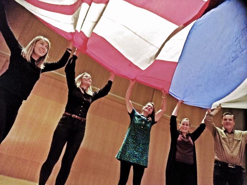 Purje on yksi Hokselipokseli Poloff -esityksessä nähtävästä lavastuksesta, jonka alla tuulettavat tuottaja Fanny Sjölind, teatteriopettaja ja projektin taiteellinen johtaja Ida-Maria Rak, Balatakon opettaja Malin Simons, teatteritaiteen opettaja Jessica Riippa ja Wava-opiston apulaisrehtori Bo-Anders Sandström.