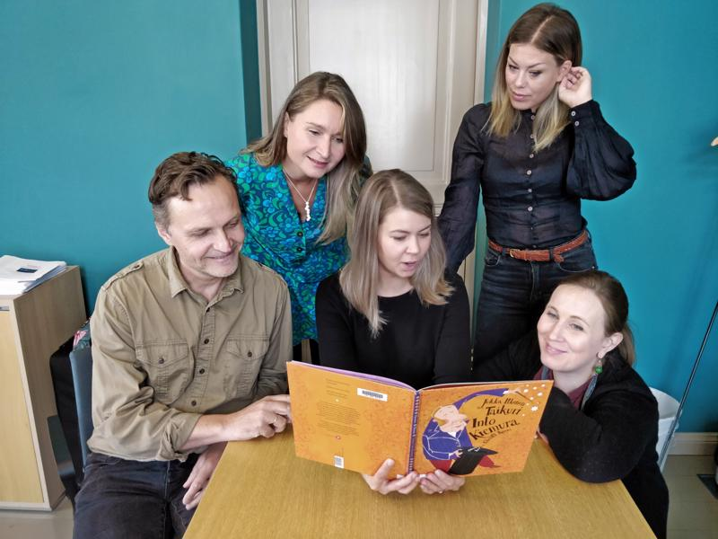 Fanny Sjölind lukee, Bo-Anders Sandström, Malin Simons, Ida-Maria Rak ja Jessica Riippa kuuntelevat.