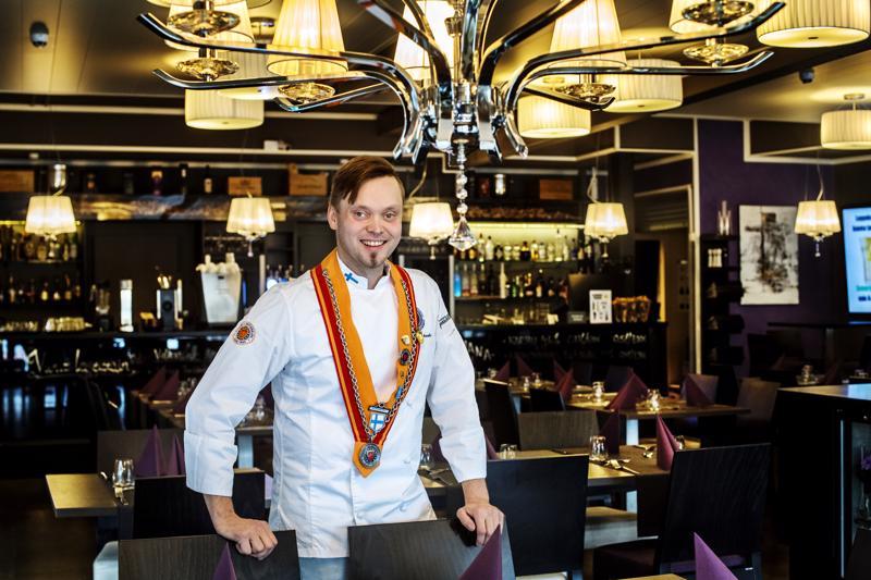 Jari Ruonakoski perusti Ravintola Pikkuveljen Ylivieskaan vuonna 2011. Seuraavana vuonna ravintola sai arvostetun Rôtisseurs-kilven.
