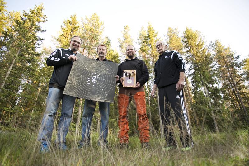 Juho Prittinen, Jorma Jaakola, Tuomas Laakko ja Pentti Annala sekä kuvasta puuttuva Juha Vierimaa voittivat kolmella ampumakisan voitolla kiertopalkinnon Eteläpuolen metsästysseuralle.