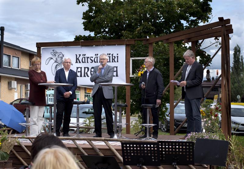 Marja ja Arvo Kokkonen (vas.), Esko Ranto ja Markku Koski kertoivat siitä, miten Kärsämäeltä on ponnistettu maailmalle. Paneelia juonsi Veikko Junttila (oik.).