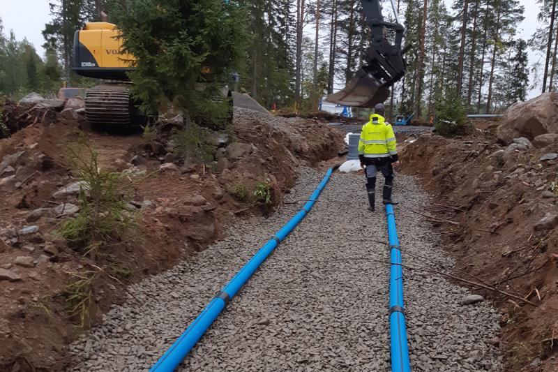 Jätevesilain voimaantulo on pistänyt kiinteistönomistajiin vauhtia. Kuvassa on tekeillä  imeytyskentän asennus.