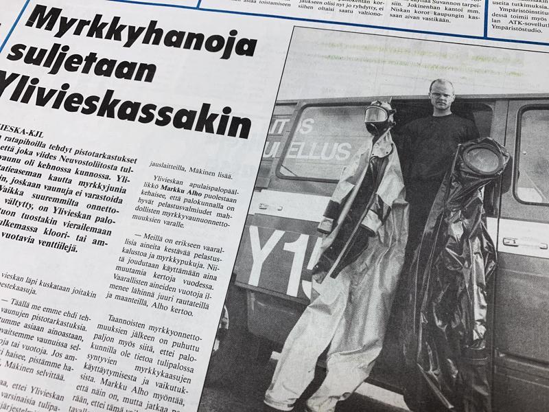 Kuvassa palomies Marko Hintsala esittelee palokunnan myrkkupukuja. Musta puku on Ylivieskan palokunnan järeintä myrkkyonnettomuuskalustoa, joka Hintsalan mukaan kestää lähes kaikkia aggressiivisia kaasuja.