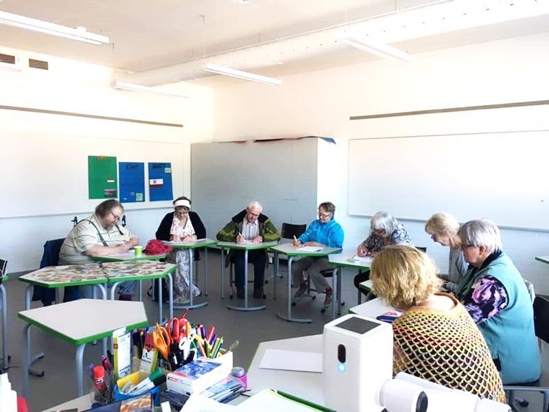 Kynät suorastaan savuavat kirjoittamisen ilosta Kisatien koululla Reisjärvellä.