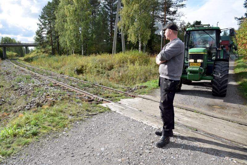 Martti Hosionaho pitää nykyistä Uhlgrenin tasoristeystä Haapajärven Kumisevassa vaarallisena.